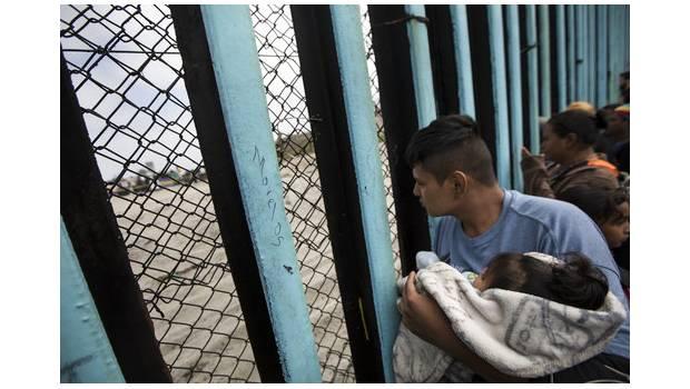 Agentes De EU Instalan Alambre De Púas Para Detener Caravana Migrante