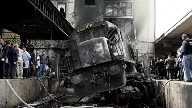 Mueren 20 Personas Al Chocar E Incendiarse Tren En Egipto