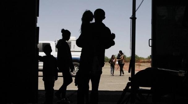 Autoridades De EU Se Ven Rebasadas; Abandonan A Migrantes En Estaciones De Autobuses