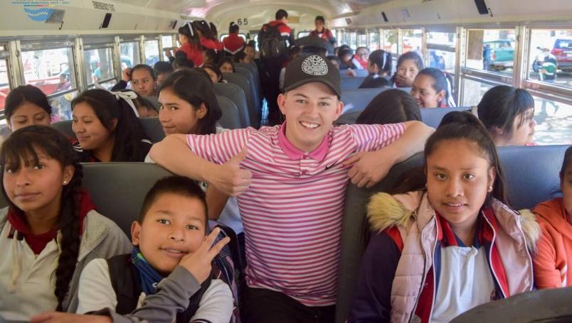 Joven De Estados Unidos Dona Autobús Y útiles A Escuela De Michoacán