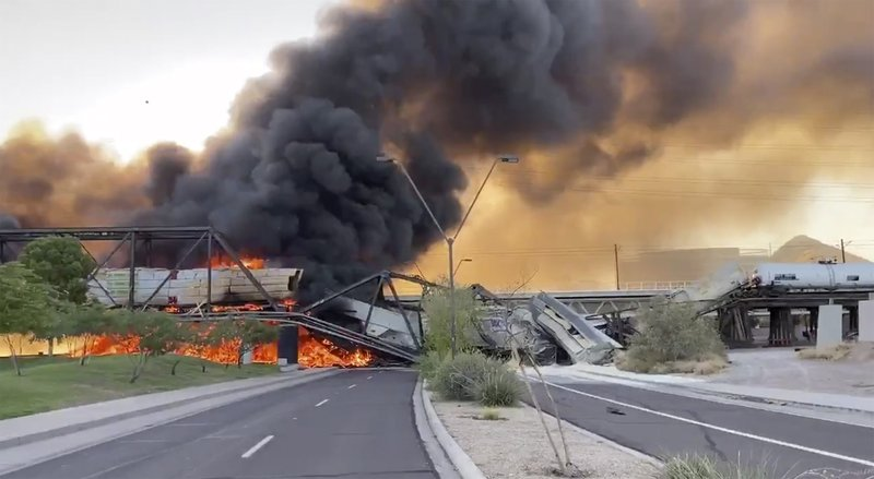 Incendio En Puente De Arizona Por Descarrilamiento De Tren